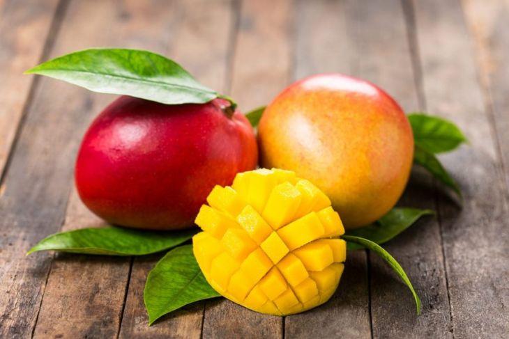 cutting mangoes