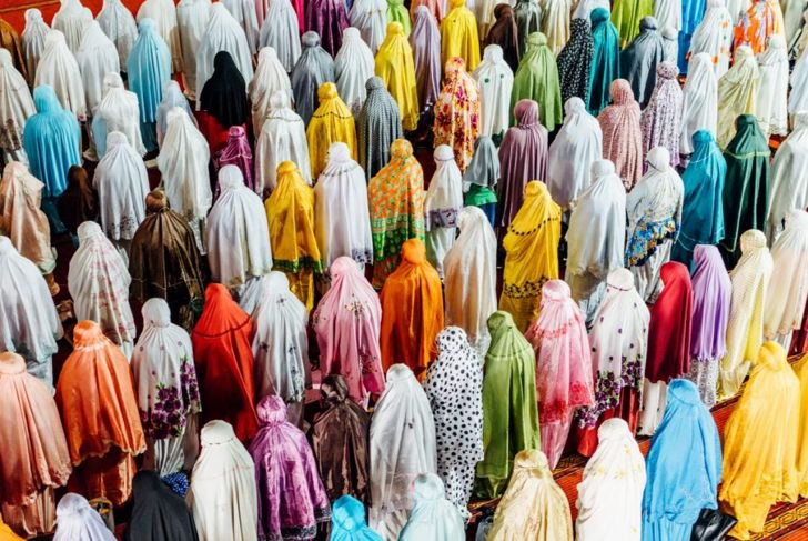 muslims praying jakarta mosque
