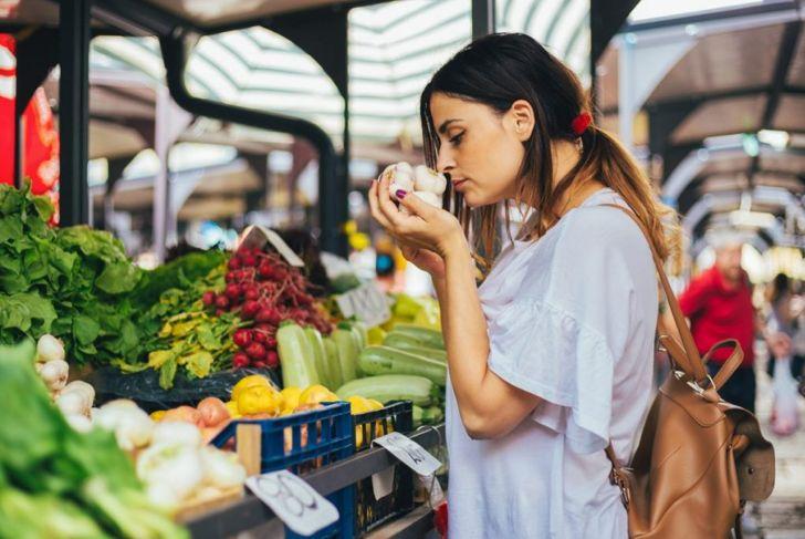 choosing checking garlic