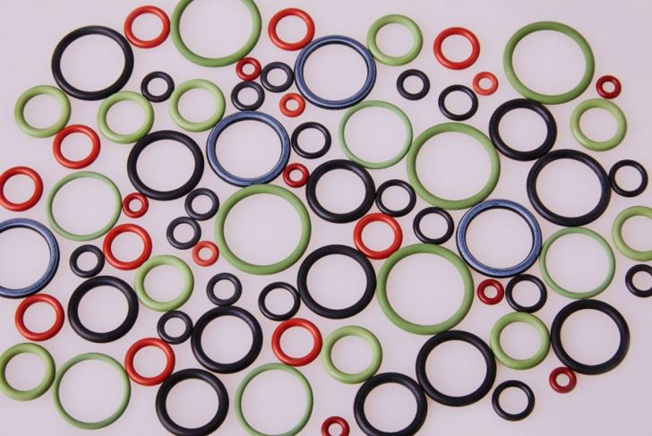 Colorful water level rubber gaskets scattered on the table.