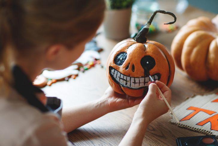 painting skull pumpkin