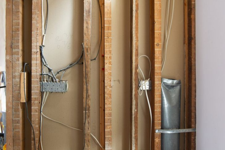 Picture of vertical and horizontal wiring on a wall where the drywall has not been installed.