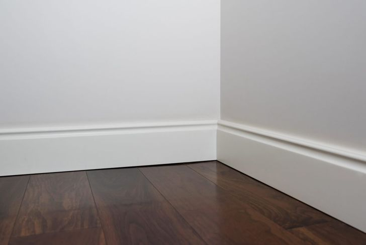 Picture of the baseboard trim in an empty room.