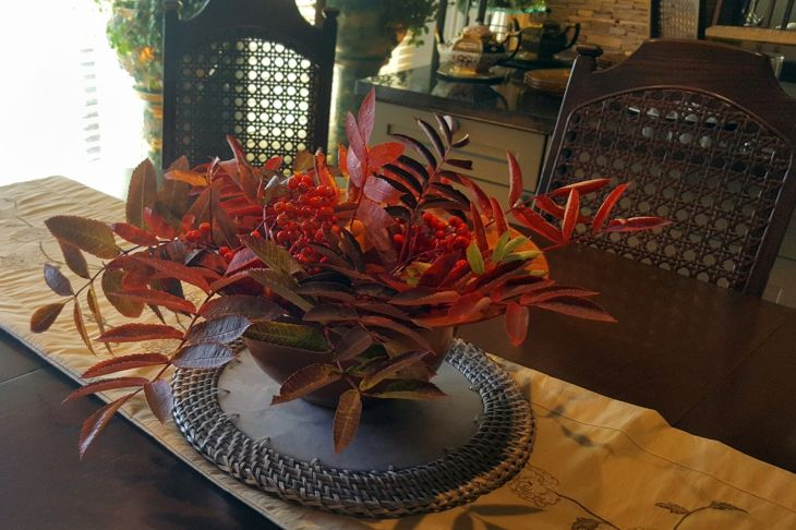Centerpiece with warm leaves