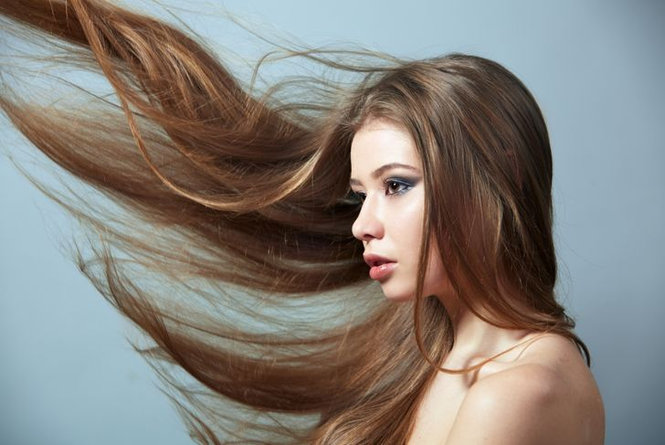 model with type 1B long hair