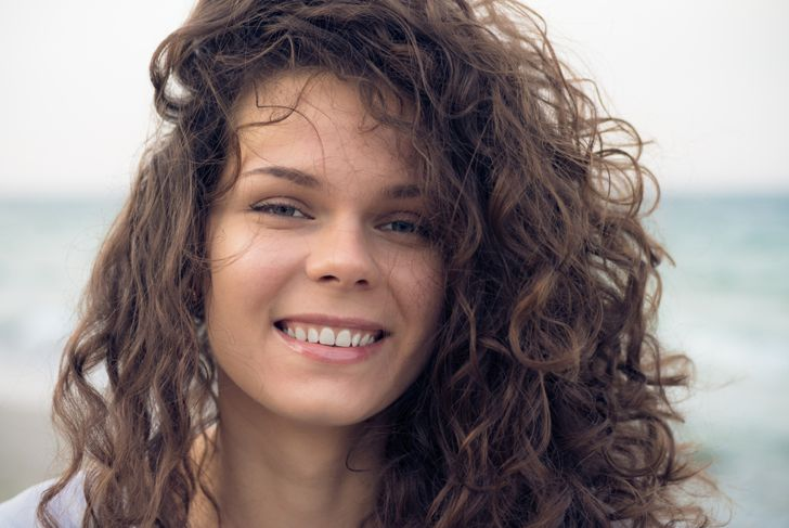 model at the ocean with type 2b hair